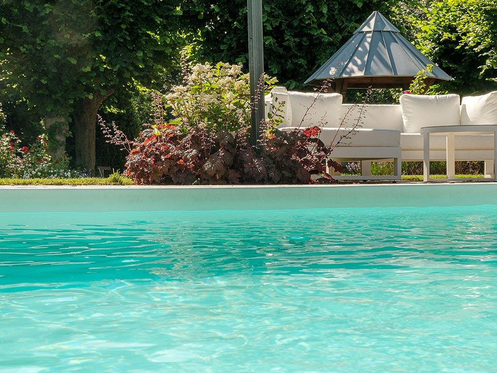 Gartengestaltung mit Pool, Bepflanzung und Rasenroboter in Bramsche