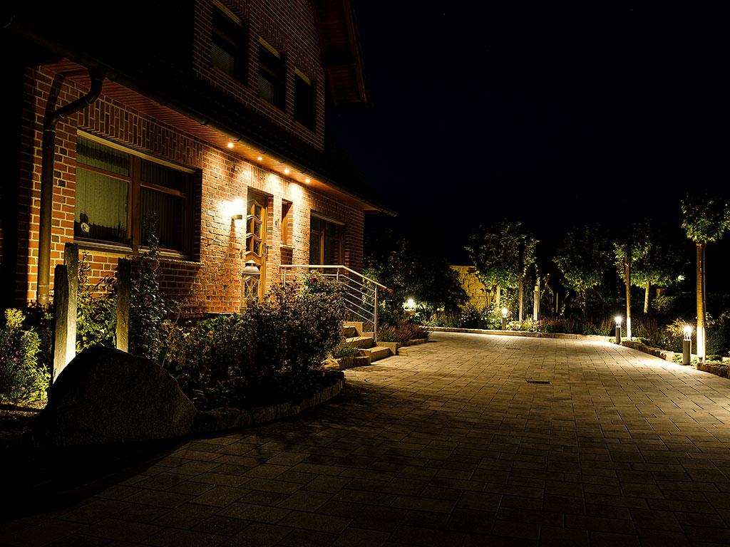 Privatgartengestaltung mit Koiteich und Beleuchtung