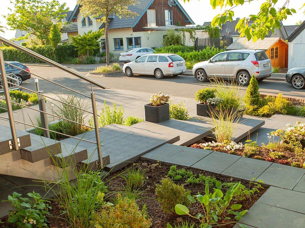 Vorgartengestaltung Georgsmarienhütte mit großen Steinplatten und Bepflanzung