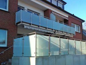 Gelaender + Handlauf Kombination aus Edelstahl und Glas Milchglas auf Winkelstützen als Geländer einer Terrasse Ibbenbüren