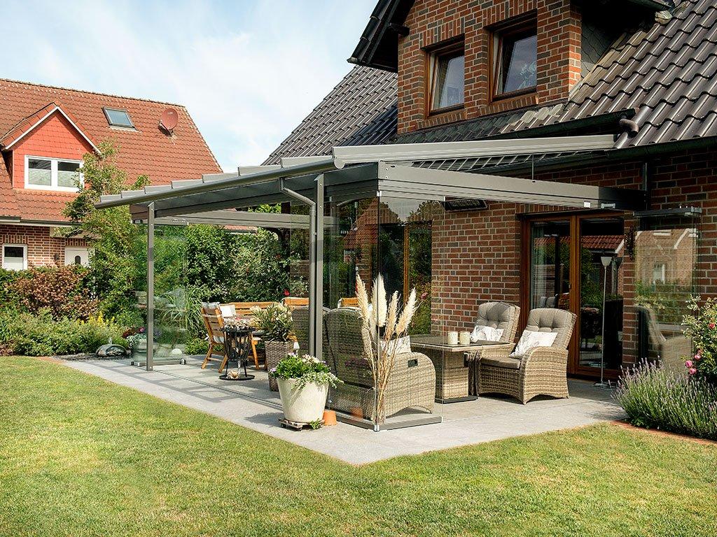 Moderne Terrasse mit Glas-Wintergarten