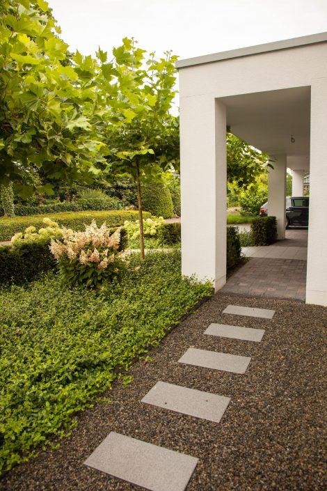 Trittplatten im Vorgarten