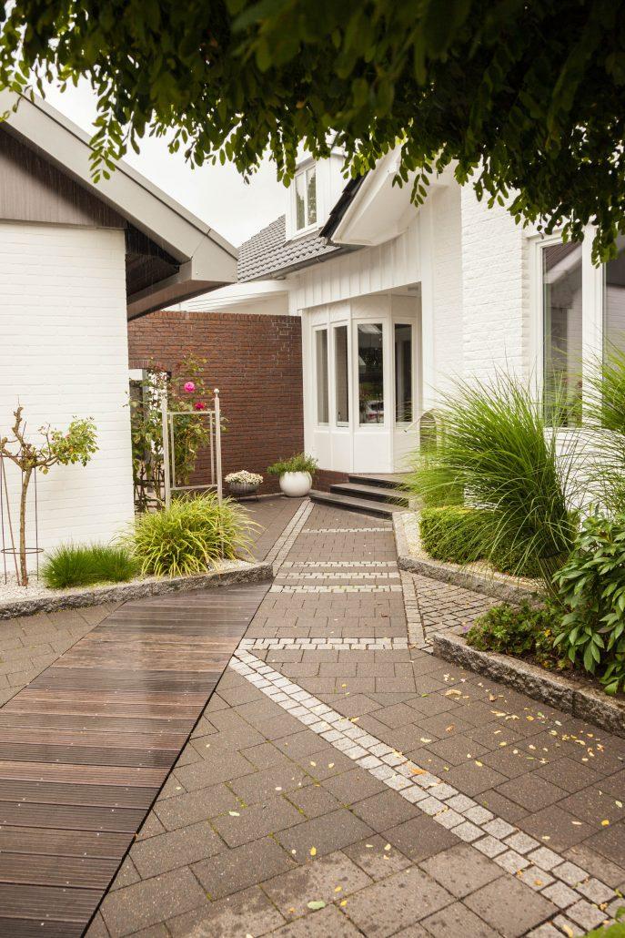Vorgarten in Ibbenbüren mit Holzdeck