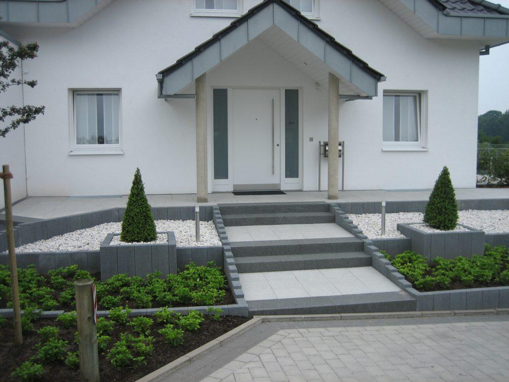 Gestaltung vom Osnabrücker Vorgarten mit Stufen, Kiesbeet und Bepflanzung